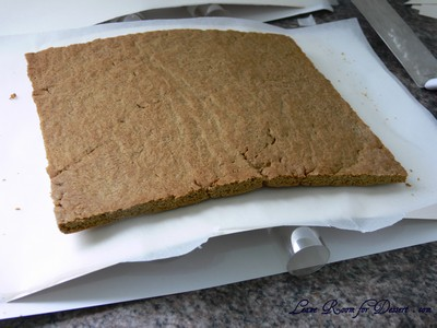 I quickly cut out the roof when the gingerbread was cooked and placed it on a curved piece of carboard to get the curve